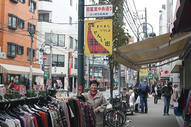 買い物客で賑わう日暮里繊維街で